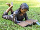 Afbeelding van Bronzartes Liggend Lezend Kind tuinbeeld (Afmetingen: 102x49x43 cm)