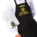 Afbeelding vanDanger: Man Cooking schort en koksmuts van Iggi